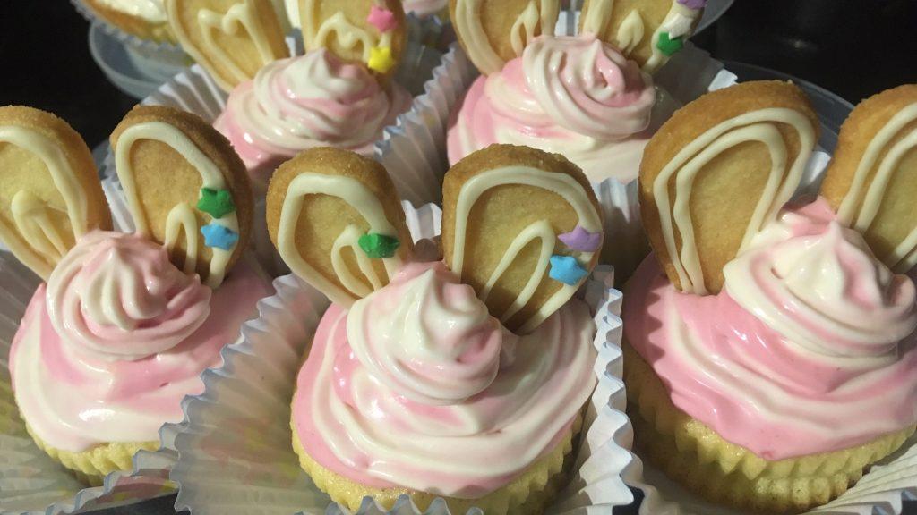 イースター用ウサギのカップケーキ