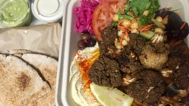 一人分の大皿にいろいろガッツリ乗ってくるレバノン料理レストラン Nuba